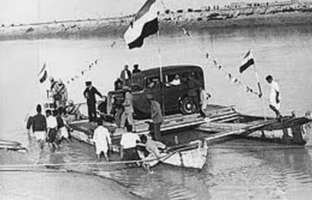 رضا خان در حال عبور از رود کارون قبل ساخت پل سفید